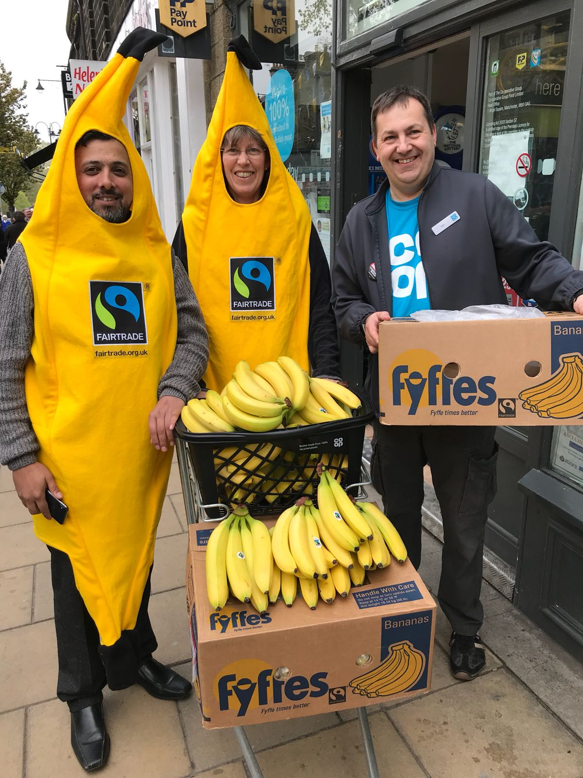 Tour de Yorkshire, Ilkley 4.5.18; Co-op and Ilkley FT group FT bananas giveaway (2)